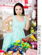 Купить «Woman posing to photographer with lollypop», фото № 27387972, снято 25 апреля 2017 г. (c) Яков Филимонов / Фотобанк Лори