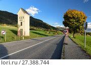 Купить «Пустынное шоссе у альпийской деревни Обермилльштатт. Трансформаторная будка. Обермилльштатт, штат Каринтия, Австрия.», фото № 27388744, снято 8 октября 2017 г. (c) Bala-Kate / Фотобанк Лори
