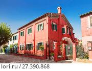 Купить «Яркий красный дом на острове Бурано на краю Венецианской лагуны. Венеция, Италия», фото № 27390868, снято 17 апреля 2017 г. (c) Наталья Волкова / Фотобанк Лори
