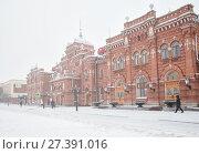Купить «Winter, snowfall in Kazan. Railway station», фото № 27391016, снято 7 января 2018 г. (c) Юлия Бабкина / Фотобанк Лори