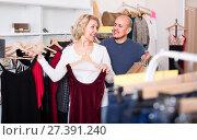 Купить «Elderly spouses in boutique», фото № 27391240, снято 18 марта 2018 г. (c) Яков Филимонов / Фотобанк Лори