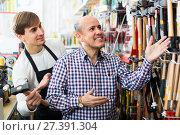 Купить «client and salesman at tooling section», фото № 27391304, снято 18 ноября 2018 г. (c) Яков Филимонов / Фотобанк Лори