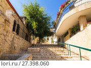 Купить «Улица в старом районе Иерусалима Mishkenot Shaananim, Израиль», фото № 27398060, снято 19 октября 2017 г. (c) Наталья Волкова / Фотобанк Лори
