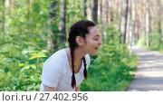 Купить «Девушка поливает себя водой из бутылки», видеоролик № 27402956, снято 17 сентября 2017 г. (c) Алексей Кокорин / Фотобанк Лори