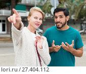 Купить «Man is asking woman stranger about road to hotel», фото № 27404112, снято 10 августа 2017 г. (c) Яков Филимонов / Фотобанк Лори