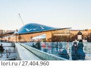 Купить «Парк Зарядье зимой.  Концертный зал с большим амфитеатром и фрагмент уникального парящего моста», фото № 27404960, снято 9 января 2018 г. (c) Алёшина Оксана / Фотобанк Лори