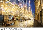 Золотой дождь на Никольской улице в Москве (2018 год). Редакционное фото, фотограф Baturina Yuliya / Фотобанк Лори