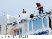 Купить «Зимняя очистка кровли здания от снега и наледи», фото № 27425228, снято 27 декабря 2017 г. (c) А. А. Пирагис / Фотобанк Лори