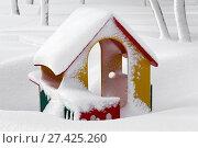 Купить «Уличный детский игровой домик, занесенный снегом», фото № 27425260, снято 27 декабря 2017 г. (c) А. А. Пирагис / Фотобанк Лори