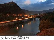 Купить «Красивый вечерний вид на мост через реку Кура, горы и набережную в свете машин по дороге из Тбилиси в Мцхету. Грузия», фото № 27425976, снято 30 сентября 2017 г. (c) Яна Королёва / Фотобанк Лори