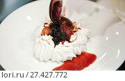 Купить «Woman on the kitchen adds fruit confiture for Pavlova cake», видеоролик № 27427772, снято 30 мая 2020 г. (c) Константин Шишкин / Фотобанк Лори