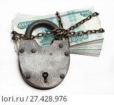 Купить «Russian banknotes in a circuit under a large iron lock», фото № 27428976, снято 19 декабря 2014 г. (c) Элина Гаревская / Фотобанк Лори