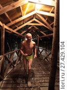 Купить «Мужчина бежит в баню после погружения в прорубь», эксклюзивное фото № 27429104, снято 19 января 2018 г. (c) Дмитрий Неумоин / Фотобанк Лори