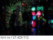 Купить «Танцы с инструктором на свободной площадке свете софитов», эксклюзивное фото № 27429112, снято 21 января 2018 г. (c) Дмитрий Неумоин / Фотобанк Лори