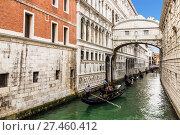 Купить «Italy, Venice. Gondola rides», фото № 27460412, снято 19 апреля 2017 г. (c) Наталья Волкова / Фотобанк Лори