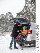 Купить «Отец наливает из термоса горячий чай ребенку, сидящему в багажнике автомобиля.», фото № 27463248, снято 21 января 2018 г. (c) Кекяляйнен Андрей / Фотобанк Лори