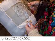 Купить «Крупным планом коклюшки для плетения кружевного орнамента и руки мастерицы», фото № 27467552, снято 31 декабря 2017 г. (c) Николай Винокуров / Фотобанк Лори