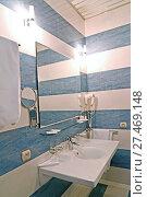Купить «Фрагмент интерьера ванной комнаты с настенным зеркалом», фото № 27469148, снято 19 января 2018 г. (c) Ирина Борсученко / Фотобанк Лори