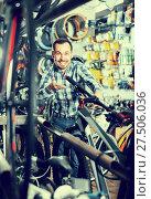 Купить «Biker is looking for bicycle handlebars», фото № 27506036, снято 27 июня 2019 г. (c) Яков Филимонов / Фотобанк Лори