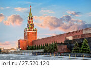 Купить «Спасская башня Кремля. The Spasskaya Tower of the Moscow Kremlin», фото № 27520120, снято 26 мая 2017 г. (c) Baturina Yuliya / Фотобанк Лори