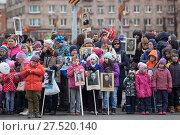 """Купить «Дети вместе со взрослыми держат в руках портреты ветеранов войны во время марша """"Бессмертный полк"""". Санкт-Петербург», фото № 27520140, снято 9 мая 2017 г. (c) Кекяляйнен Андрей / Фотобанк Лори"""