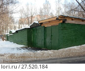 Купить «Кирпичные гаражи во дворе жилых домов на 5-ой Парковой улице. Район Северное Измайлово. Город Москва», эксклюзивное фото № 27520184, снято 23 января 2018 г. (c) lana1501 / Фотобанк Лори