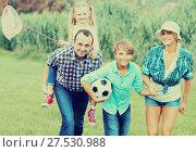 Купить «Parents with two children at the lawn», фото № 27530988, снято 20 января 2020 г. (c) Яков Филимонов / Фотобанк Лори