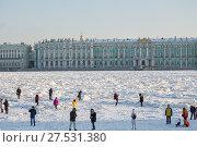Купить «Люди гуляют по льду на Неве, смотрят на торосы и фотографируются. Санкт-Петербург», фото № 27531380, снято 31 января 2018 г. (c) Юлия Бабкина / Фотобанк Лори