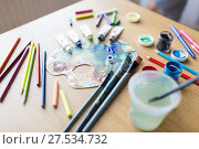 Купить «color palette, brushes and paint tubes on table», фото № 27534732, снято 1 июня 2017 г. (c) Syda Productions / Фотобанк Лори