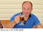 Мужчина пьет пиво (2015 год). Редакционное фото, фотограф Юрий Морозов / Фотобанк Лори