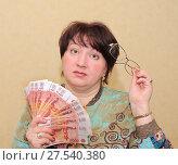 Купить «Женщина с деньгами и очками в руках, задумалась о покупке», эксклюзивное фото № 27540380, снято 8 марта 2011 г. (c) Юрий Морозов / Фотобанк Лори