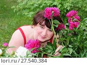 Женщина с пионами в саду (2011 год). Редакционное фото, фотограф Юрий Морозов / Фотобанк Лори