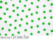 Купить «День Святого Патрика - зеленые искусственные четырехлистные листья клевера на белом фоне», фото № 27540724, снято 2 марта 2017 г. (c) Зезелина Марина / Фотобанк Лори