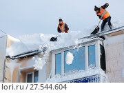 Зимняя очистка кровли здания от снега и наледи (2017 год). Редакционное фото, фотограф А. А. Пирагис / Фотобанк Лори