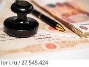Купить «Документы для наследства. Шариковая ручка, российские деньги и печать нотариуса лежат на нотариально заверенном завещание», эксклюзивное фото № 27545424, снято 29 января 2018 г. (c) Игорь Низов / Фотобанк Лори