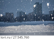 Купить «Аномальный снегопад на фоне домов в спальном районе города Москвы, Россия», фото № 27545760, снято 3 февраля 2018 г. (c) Николай Винокуров / Фотобанк Лори