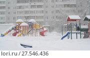 Купить «children's play complex near house during blizzards», видеоролик № 27546436, снято 4 февраля 2018 г. (c) Володина Ольга / Фотобанк Лори