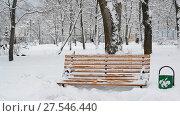 Купить «Benches in park after a snowfall in winter.», видеоролик № 27546440, снято 31 января 2018 г. (c) Володина Ольга / Фотобанк Лори