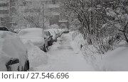 Купить «Row of snow-covered cars along the sidewalk near house. Moscow, Russia», видеоролик № 27546696, снято 4 февраля 2018 г. (c) Володина Ольга / Фотобанк Лори