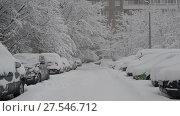 Купить «Row of snow-covered cars along the sidewalk near house. Moscow, Russia», видеоролик № 27546712, снято 4 февраля 2018 г. (c) Володина Ольга / Фотобанк Лори