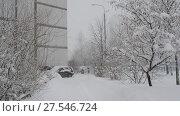 Купить «Winter city landscape during snowfall in Moscow, Russia», видеоролик № 27546724, снято 4 февраля 2018 г. (c) Володина Ольга / Фотобанк Лори