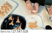 Купить «To fasten rice to shrimps», видеоролик № 27547028, снято 5 декабря 2016 г. (c) Tatiana Kravchenko / Фотобанк Лори