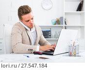 Купить «businessman negotiating on phone», фото № 27547184, снято 21 сентября 2018 г. (c) Яков Филимонов / Фотобанк Лори