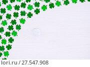 Купить «День святого Патрика - белый деревянный фон с искусственными листьями клевера-четырехлистника, круглый бордюр», фото № 27547908, снято 2 марта 2017 г. (c) Зезелина Марина / Фотобанк Лори