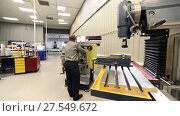 Купить «A working milling machine prepares a vertical milling machine for work», видеоролик № 27549672, снято 19 октября 2017 г. (c) Андрей Радченко / Фотобанк Лори