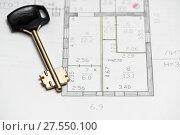 Чертёж дома на бумаге и ключ от замка квартиры. Стоковое фото, фотограф Игорь Низов / Фотобанк Лори