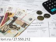 Купить «Коммунальные платежи. Квитанции на оплату, деньги и карманный калькулятор», эксклюзивное фото № 27550212, снято 5 февраля 2018 г. (c) Игорь Низов / Фотобанк Лори
