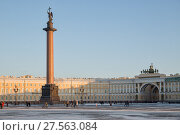 Купить «People are walking in the Palace Square on the background of the Alexandria column and the arch of the General Staff», фото № 27563084, снято 31 января 2018 г. (c) Юлия Бабкина / Фотобанк Лори