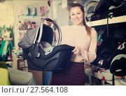 Купить «consumer with infant's car cradle», фото № 27564108, снято 19 декабря 2017 г. (c) Яков Филимонов / Фотобанк Лори