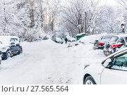 Купить «Засыпанные снегом машины во дворе после снегопада в Москве», фото № 27565564, снято 31 января 2018 г. (c) Алёшина Оксана / Фотобанк Лори